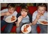 USA - Kids eating pizza...