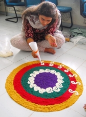 Rangoli-Kolam-Hindu-Woman-Drawing-India (3)