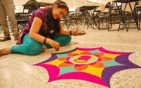 Rangoli-Kolam-Hindu-Woman-Drawing-India (5)