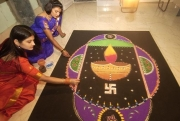 Rangoli-Kolam-Hindu-Woman-Drawing-India (7)