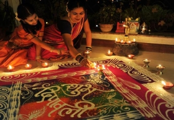Rangoli-Kolam-Hindu-Woman-Drawing-India (8)