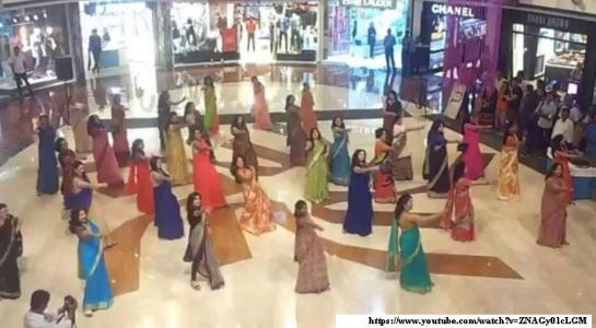 Indian-Saree-Flash-Mob-Sari-Hindu-women