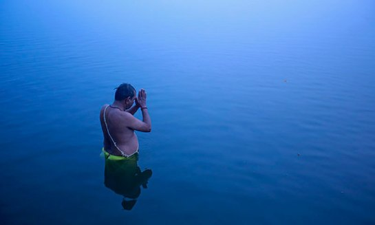 hindu-man-sun-prayers-moring-new-year