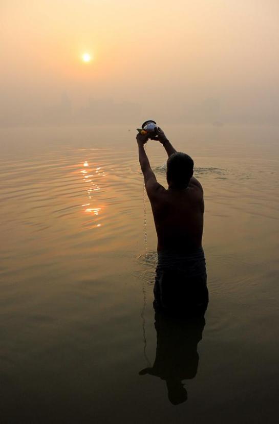 offering water-to-sun-morning-prayer-india-hinduism-new-year